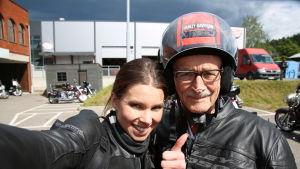 Viivi Pumpanen toteutti Leon, 85, pitkäaikaisen unelman päästä ajaa Harrikalla.
