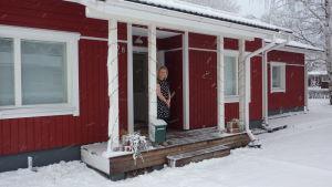Lena Holmström, utanför sitt hus i Hangö.
