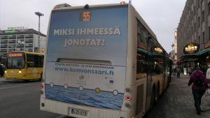 """""""Varför i hela friden köar du?"""", frågar Kimitoöns reklamkampanj på bussar"""