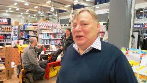 Henrik Björkqvist bjuder på avskedskaffe i Simolin i Borgå, Hattula