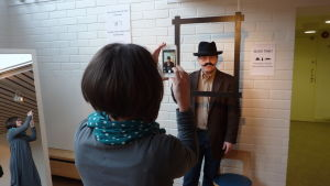 Museipedagog Susanna Louneva fotar museichef Dan Lindholm för Facebook.