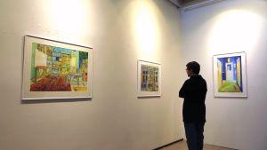 besökare på konstgalleri