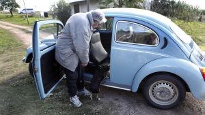 Mujica drog inte nytta av sina presidentförmåner utan fortsatte bo i ett litet hus på landet och körde en gammal Volkswagen.