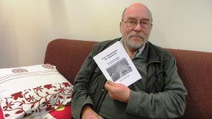 """Journalisten Henrik Westermark med sin bok """"Från Hagnäskajen till Yokohama - Sibbosjömän berättar om sina liv till sjöss"""""""""""