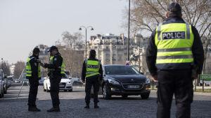 Franska poliser övervakar körförbudet.