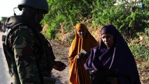 Kenyansk militär kontrollerar invånares identiteshandlingar nära universitetet i Garissa.
