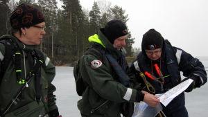 Norppalaskijat tutkivat Louhiveden karttoja.