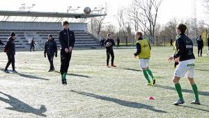 EIF spelare värmer upp inför match mot TPS april 2015