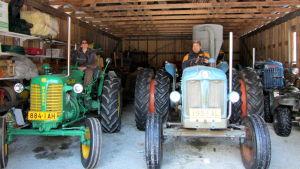 Peltoniemen pariskunta kerää vanhoja traktoreita.