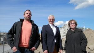 Byggaren Kim Mäenpää, styrelseordförande Martti Vähäkangas och t.f stadsdirektör Anne Ekstrand