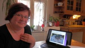 Arkeolog Lilian Pettersson-Smeds undersöker jättekyrkor i Österbotten