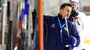 Guldhjälten från 1995 har tankarna på VM också 2015. Ville Peltonen är i dag en av Kari Jalonens assisterande tränare.