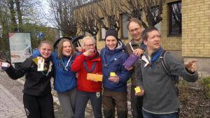 Sök och Finn-segrarna Viveca Hansson, Melina Weckman, Emma Liljeroth, Sebastian Nastamo, Henrik Wallén och Markus Haakana undrar var nästa kontroll är.