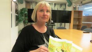 Kundrådgivare Sabina Lindström vid Östra Nylands avfallsservice med kundtidningen Återvinnare