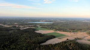 Metsä- ja peltomaisemaa kuumailmapallosta käsin.