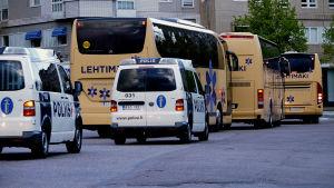 Polisen i Lahtis eskorterar bussar med HIFKs supportrar ut ur staden.