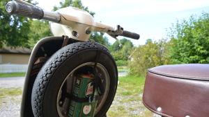 Reservdäck och olja på en Lambretta-skoter.