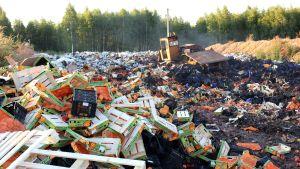 Ryska myndigheter förstör tonvis med mat utanför Smolensk.
