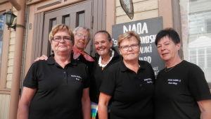 Nada-Nords glada försäljningspersonal vid loppiset i Jakobstad (föreningens ordförande, Gunilla Luther-Lindqvist i mitten)