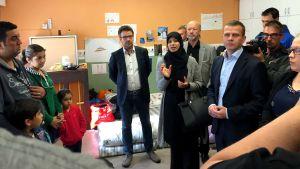 Ville Niinistö och Petteri Orpo besökte flyktingförläggningen i Åbo.