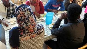 asylsökande unga i matsal