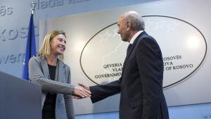 Federica Mogherini och Kosovos premiärminister Isa Mustafa skakar hand i Bryssel