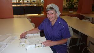 Förman Agneta Lindroos med matlistor för centralköket i Karis
