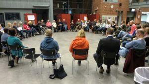Ett fyrtiotal personer diskuterade kring det nya stödboendet i Sibbo, Västerskog.