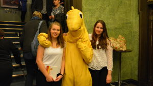 Svenni-monstret på svenska dagen tillsammans med Alina Koivuniemi och Jessica Lundahl.