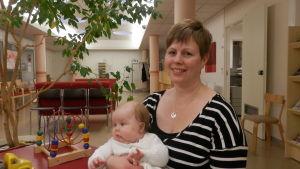 Mamman Anna-Sara Finell och lilla Edith från Jakobstad vid mödrarådgivningen i centrum