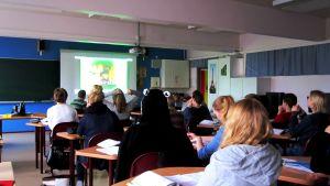 luokka katsoo videota tunnilla