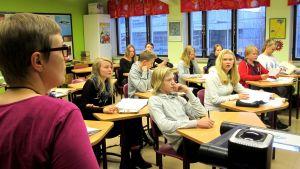ope ja luokkalaiset töissä
