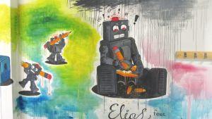seinämaalaus jossa on robotti