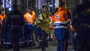 Räddningsarbete pågår utanför Bataclan.