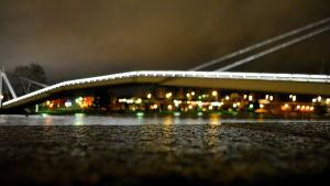 Kajkant med Borgå gångbro i bakgrunden