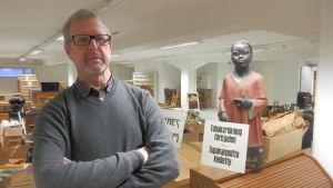 Museichef Guy Björklund i Jakobstad bland tobaksmuseets packlådor