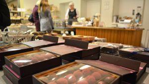 Chokladask i affär.