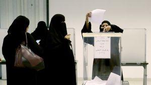 Kvinnor i Saudiarabien röstar i kommunalval i 2015 för första gången någonsin.