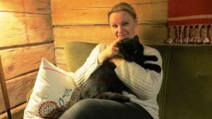 Författaren och redaktören Päivi Storgård trivs i Strömfors bruk