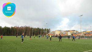 En fotbollsmatch på Grundskolan Norsens fotbollsplan.