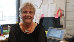 Sirke Salmela vid Assistentcentralen i Åbo