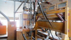 Strömsbergs kvarns mjölsiktmaskin till vänster och mannagrynsmaskin till höger