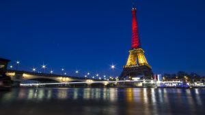 Eiffeltornet lyses upp i den belgiska flaggans färger den 22 mars 2016.