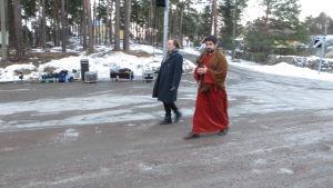 Regissör Kim Gustafsson (till vänster på bilden) på väg till repetitionerna av Via Crucis i Borgå