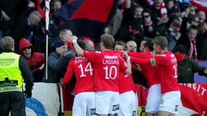 HIFK:s spelare firar med fansen, april 2015.