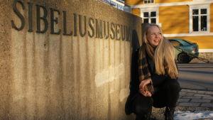 Sibeliusmuseet på Biskopsgatan har hunnit bli bekant område för Hanna Nyberg under hösten, eftersom Florakören och Brahe Djäknar både sjunger och umgås i dess källare.