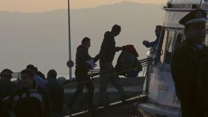 Grekland skickar tillbaka illegala flyktingar till Turkiet från ön Lesbos.