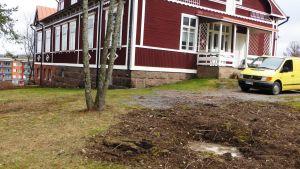 Grunden för Alva Forsius minnesstaty är redan klar framför Borgå vandrarhem