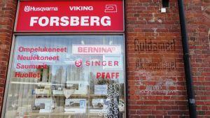 Skyltfönstret till Ritva Forsbergs symaskinsaffär vid Ågatan 35 i Borgå