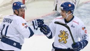 Leo Komarov och Mikko Rantanen i EHT-matchen mot Ryssland.